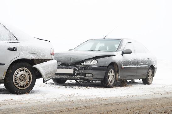 biler kører ofte sammen i sne