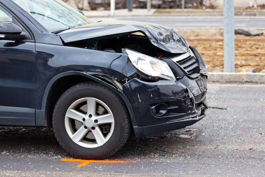 en bil har fået smadret lygte og bøjet fronten i ulykke
