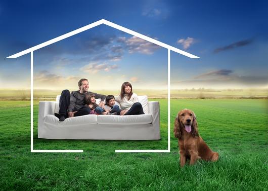en hund og fire mennesker i en sofa