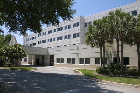 et hospital i hvide mursten med et par træer