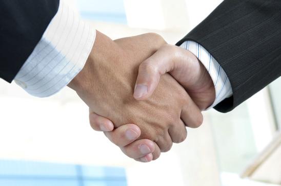 to personer laver en aftale med et håndtryk