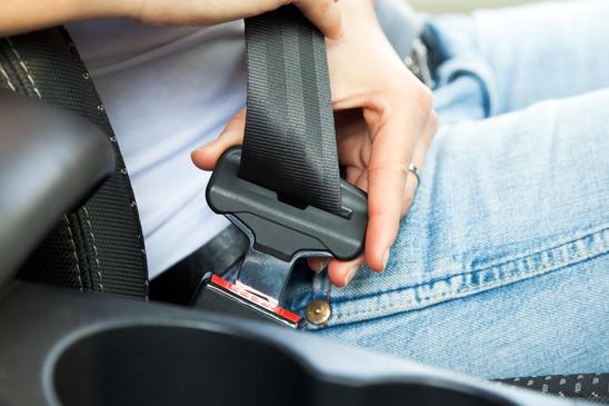 en sikkerhedssele skal til at spændes i en bil