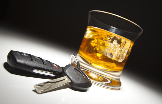 et par bilnøgler og en alkoholisk drik er et dårligt mix
