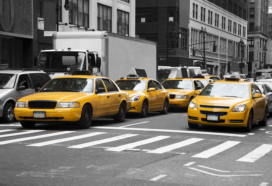 gule taxaer kører rundt i new york