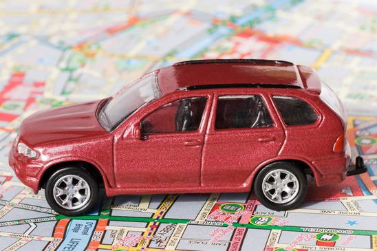 en bil kører på et europa kort