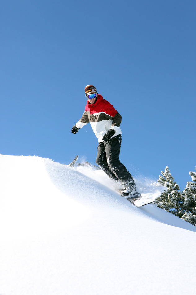 en snowboarder er alene på bjerget